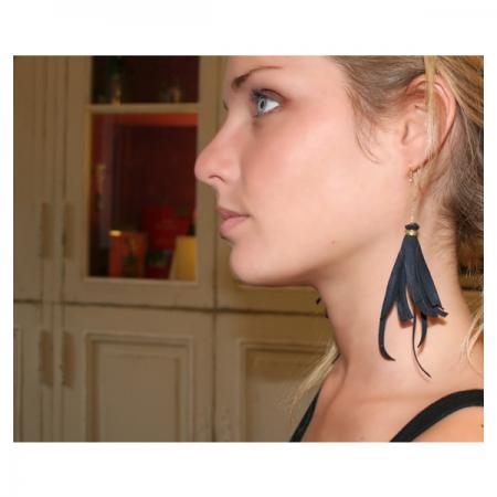 boucles-d-oreilles-pompons-d-alcantara-bleu-profond-or